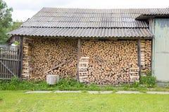 Woodpile en el pueblo ruso Foto de archivo libre de regalías