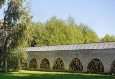 Woodpile en las cámaras acorazadas de las paredes de piedra del monasterio Fotos de archivo