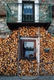 Woodpile en venster van een typisch chalet in het Italiaans alpen royalty-vrije stock afbeelding