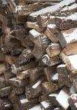 Woodpile espanado com neve Imagem de Stock