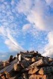 Woodpile Himmel lizenzfreie stockbilder