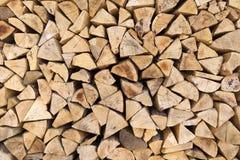 Woodpile mit beschmutzten Schnittoberflächen Stockfotografie