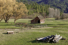 Woodpile und alte Scheune in Idaho Lizenzfreies Stockfoto