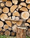 Woodpile und Axt Stockbilder