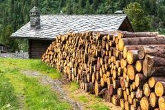 Woodpile und Blockhaus mit Steindach, Cuneaz (Italien) Stockfotografie