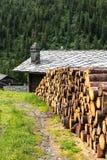 Woodpile und Blockhaus mit Steindach, Cuneaz (Italien) Stockfotos