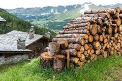 Woodpile und Blockhaus mit Steindach, Cuneaz (Italien) Lizenzfreies Stockbild