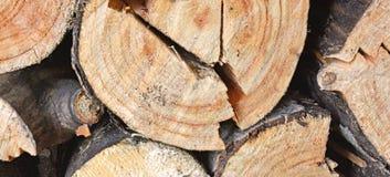 Woodpileende von fest verpackten gehackten Klotz Stockfoto