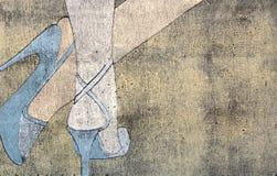 Woodprint dei piedini della donna che portano i sandali Fotografia Stock Libera da Diritti