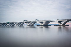 Woodrow Wilson Bridge, sobre el río Potomac, visto de la cerveza inglesa foto de archivo