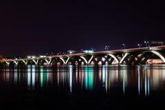 Woodrow Wilson Memorial Bridge nachts mit Reflexion weg von lizenzfreie stockfotografie