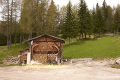 Woodshed w Dolomiti górach Obraz Stock