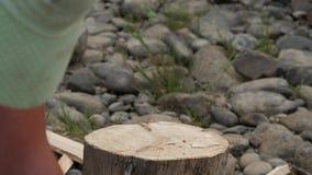 Woodsheds и швырок прерывать, древесина lumberjack разделяя с старой осью 4K видеоматериал