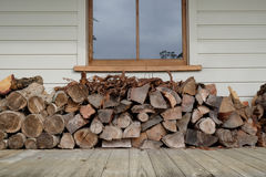 Woodstack onder venster op veranda Royalty-vrije Stock Foto's