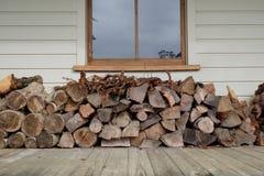 Woodstack sotto la finestra sulla veranda fotografie stock libere da diritti