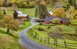 Woodstock, Vermont - Oktober 8, 2018 - een weg windt door landbouwbedrijven en kleurrijke bomen tijdens de Herfst stock fotografie
