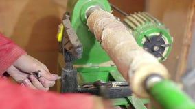 Woodturners χρησιμοποιώντας έναν περιστρεφόμενο σφιγκτήρα για να γυρίσει το ξύλο φιλμ μικρού μήκους