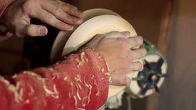 Woodturners χρησιμοποιώντας έναν περιστρεφόμενο σφιγκτήρα για να γυρίσει το ξύλο απόθεμα βίντεο