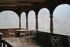 Woodwork antigo no forte na opinião remota do vale no himala indiano foto de stock