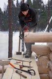 Woodworker κάνει το αυλάκι στα κούτσουρα τελών χρησιμοποιώντας τα αλυσιδοπρίονα Στοκ φωτογραφία με δικαίωμα ελεύθερης χρήσης