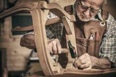Woodworker в мастерской стоковое фото rf