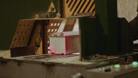 Woodworker кладет деревянный блок в точный автомат для резки с указателем лазера видеоматериал