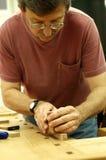 Woodworker, der ein Flugzeug verwendet Stockfoto