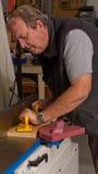 Woodworker, der eine verbindenmaschine verwendet Stockfotos