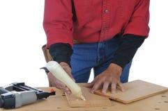 Woodworker, der Kleber aufträgt stockbilder