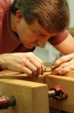 Woodworker, der nahes Messen bildet Lizenzfreies Stockfoto