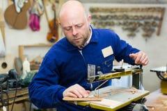 Woodworker na tokarce w workroom Obraz Stock
