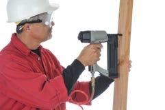 Woodworker que usa o injetor do prego Fotografia de Stock
