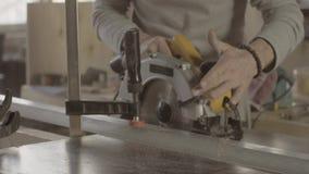 Woodworker rżnięta drewniana deska na linii prostej metal miedza ostrze okólniki blisko piły się zbiory
