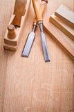 2 woodworkers зубил плоский и деревянных планки дальше Стоковая Фотография