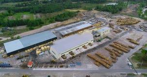 Woodworking fabryki widok z lotu ptaka, lot nad tartakiem, aktywny obieg przy tartakiem zbiory wideo