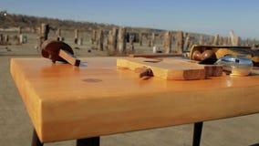 Woodworking narzędzia na drewnianym stole w naturze joinery zestaw zdjęcie wideo