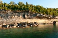 Woody Cliffs an Lakeshore Lizenzfreie Stockbilder