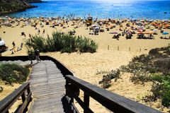 Woody starway на пляже Мальты стоковые изображения rf