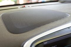 Woofer de haut-parleur de voiture sur le tableau de bord photos stock