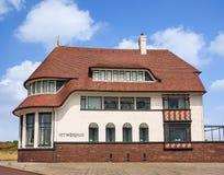 Woold议院是一栋历史的别墅在弗利辛恩,荷兰海岸地区  免版税图库摄影