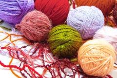 Woolen Bälle auf einem weißen Hintergrund stockbild