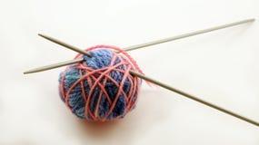 Woolen Bälle und Stricknadeln lizenzfreie stockbilder
