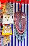 Woolen halsdukar och djura hattar på den Riga julen marknadsför Arkivbilder