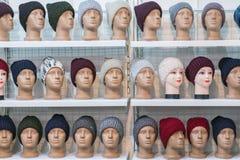 Woolen hattar på de silvriga huvuden av skyltdockorna i lagret En variation av den kvinnliga vintern stack hattar på skyltdockahu arkivbilder