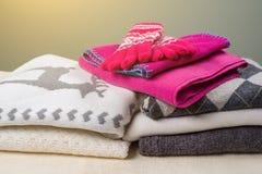 Woolen Kleidung des warmen Winters der Winterzeit - gestrickte Strickjacken, Schals, Handschuhe Lizenzfreies Stockbild