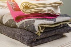 Woolen Kleidung des warmen Winters der Winterzeit - gestrickte Strickjacken, Schals, Handschuhe Stockfotografie