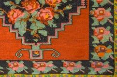 Woolen matta med den ljusa blom- modellen Royaltyfri Bild