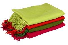 Woolen sjalar vikta trevligt i en bunt fotografering för bildbyråer