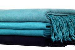 Woolen sjalar vikta trevligt i en bunt royaltyfria foton