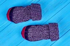 Woolen sockor av handwork på blå bakgrund Arkivfoto